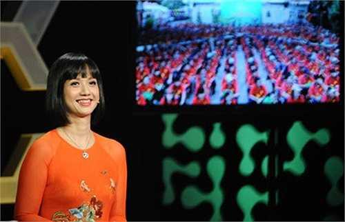 Nụ cười hiền hậu của một người phụ nữ 40 tuổi đã lập gia đình nhưng rất kín tiếng. Hiếm khi thấy Tùng Chi 'chịu' trả lời phỏng vấn dù hỏi về công việc cũng như chuyện riêng tư. 18 năm gắn bó tại nhà đài và ghi dấu ấn qua nhiều chương trình ở cả vị trí MC lẫn đạo diễn, Tùng Chi giờ là Phó trưởng ban Giải trí và thông tin kinh tế Đài Truyền Hình Việt Nam.