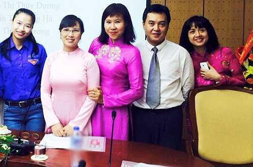 Tùng Chi (ngoài cùng bên phải) trong ảnh chụp kỷ niệm cùng các đồng nghiệp tại Đài Truyền hình Việt Nam năm 2015.