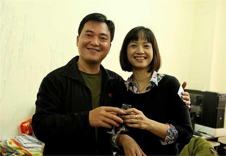 MC Tùng Chi cười rạng rỡ bên đồng nghiệp thân thiết  Lưu Minh Vũ. (Nguồn: Dân Việt)