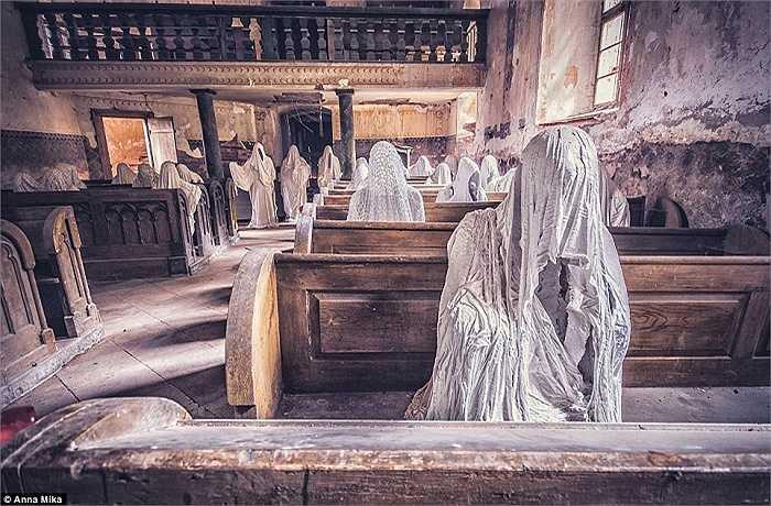 Một trong những bức hình ám ảnh nhất của nhiếp ảnh gia Anna Mika được chụp tai một nhà thờ đổ nát trên đường St George ở Lukova, Cộng hòa Séc