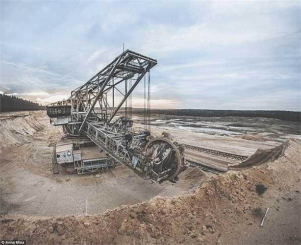 Một chiếc máy cũ đã hỏng tại một khu mỏ hoang tàn