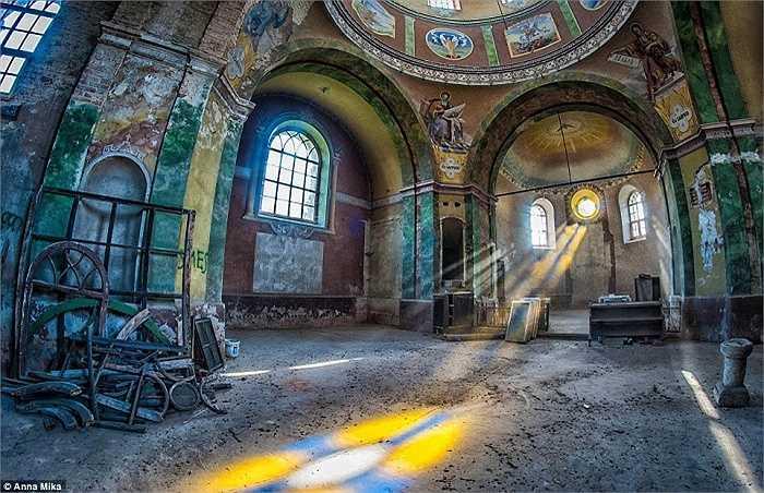Vẻ đẹp đầy màu sắc của một nhà thờ Cơ đốc giáo bị bỏ hoang ở Ba Lan