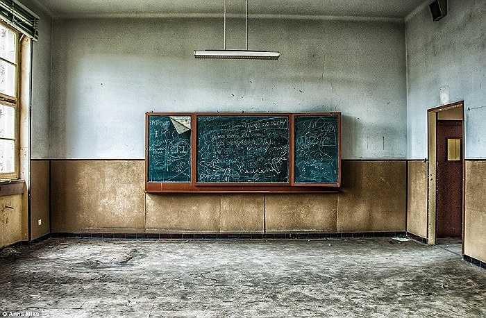 Chiếc bảng vẫn còn đầy những nét viết nguệch ngoạc tại một trường học cũ ở Pháp