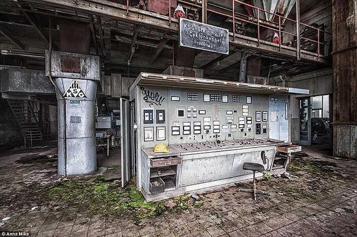 Một chiếc mũ, ghế và một máy điều khiển cũ nằm im lìm trong một trạm điện hoang tàn ở Đức