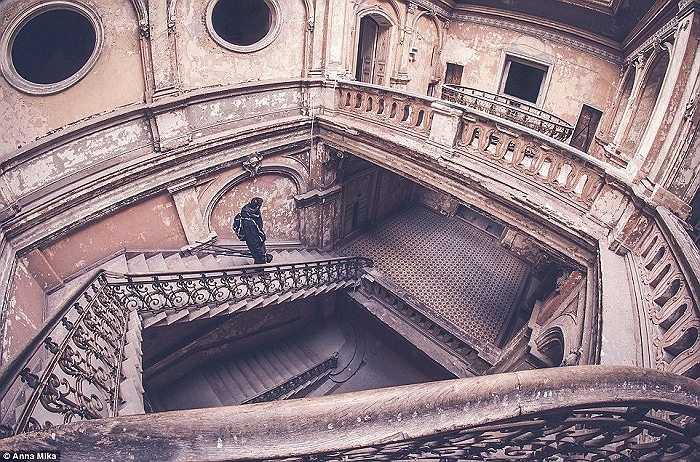 Một cầu thang đã cũ trong một cung điện lâu đời khác ở Ba Lan
