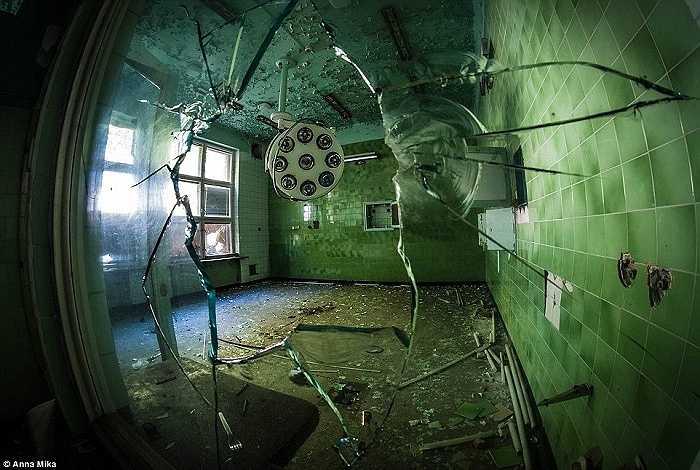 Gạch và bóng đèn điện đã vỡ nằm rải rác trên sàn nhà của một bệnh ciện cũ ở Ba Lan