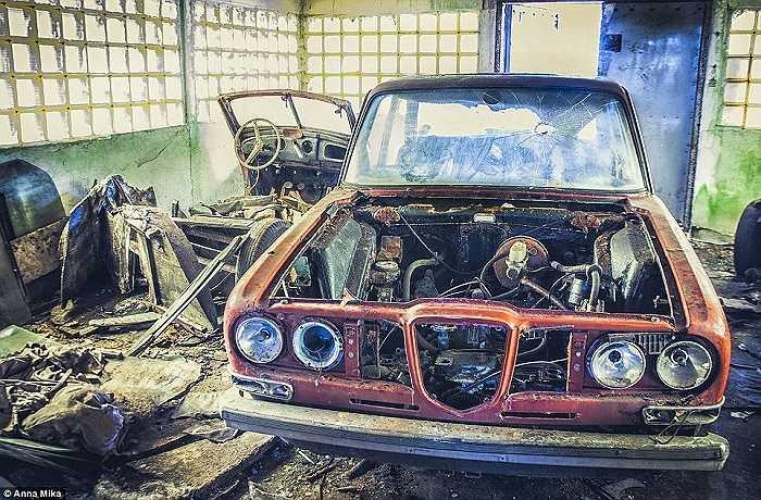 Hình ảnh chiếc xe hơi đã hỏng trong nghĩa địa xe dưới ống kính của Mika