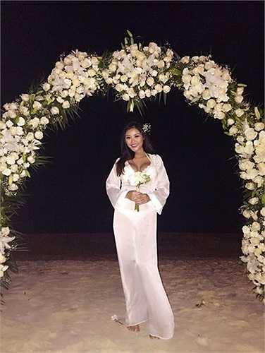 Vì tổ chức lễ cưới ở bãi biển nên người đẹp diện đồ cưới phong cách rất mát mẻ.  (Nguồn: Dân Việt)