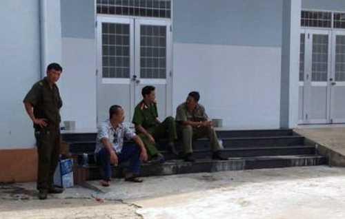 Công an thị trấn Dương Đông trực gác bên ngoài nơi lưu giữ xác Nguyễn Văn Hữu - Ảnh: H.Trung