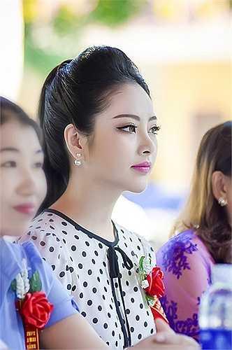 Ngọc Anh  rất vinh dự khi về trường cũ cũng là dịp trường đón nhận bằng thi đua của UBND tỉnh.