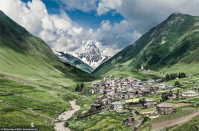 Nằm trên dãy núi Caucasus khoảng gần 2.200 mét so với mực nước biển, ngôi làng nhỏ này được cho là ngôi làng cao nhất châu Âu
