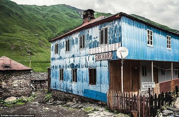 Mặc dù có những cảnh quan tuyệt đẹp và không gian thoáng đãng nhưng rất ít người biết đến vùng núi và làng Ushguli
