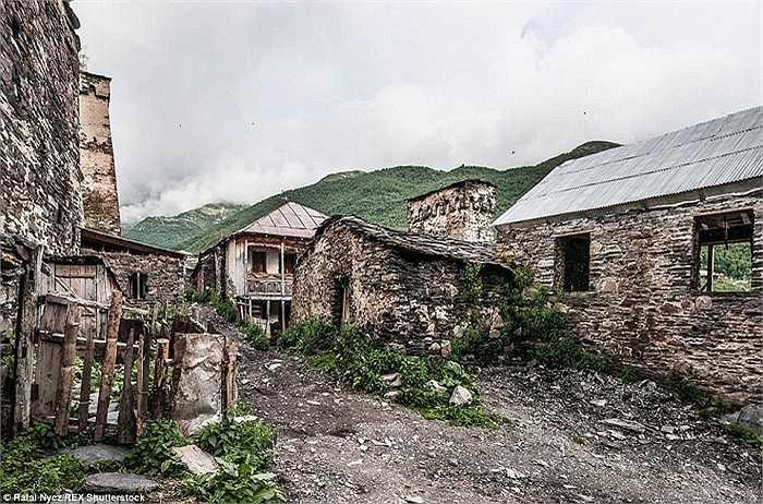 Nét cổ kính của những ngôi nhà trong làng lại trở thành điểm độc đáo