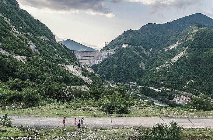 Mặc dù ở một vùng núi xa xôi, hẻo lánh nhưng người dân ở đây vẫn sống vui vẻ
