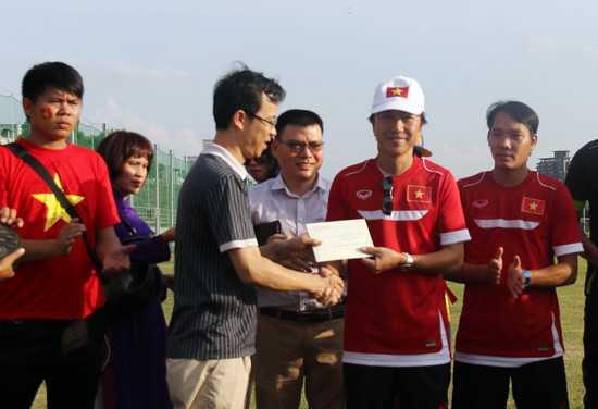 HLV Miura nhận quà động viên