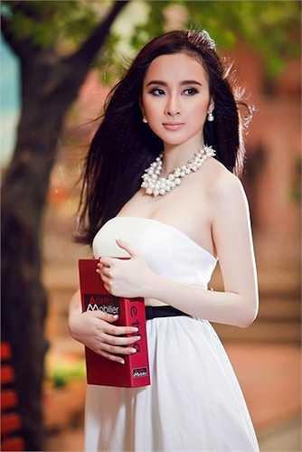 Angela Phương Trinh được mệnh danh là 'nữ hoàng thị phi' nhờ hàng loạt những scandal ở tuổi còn rất trẻ.