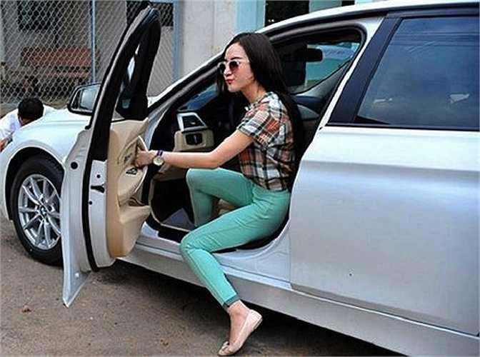 Cũng giống như Ngọc Trinh, Angela Phương Trinh không ít lần dính thị phi khi khoe nhà, khoe xe, hàng hiệu, ...