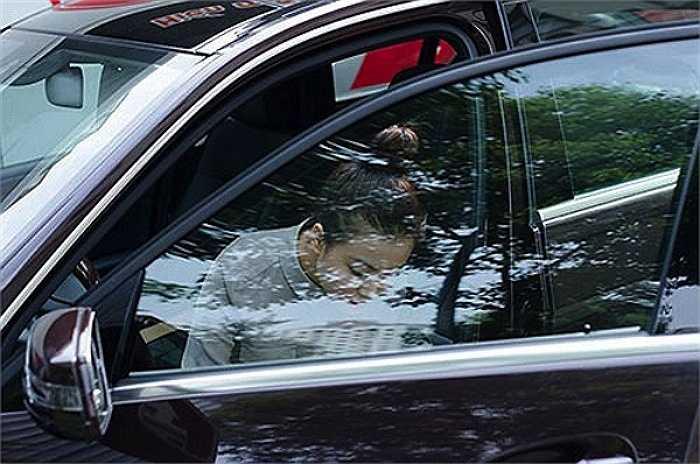 Hiện Hoàng Thùy Linh đang đi chiếc xe Mercedes E-class đời 2012, giá khoảng 2 tỷ đồng.