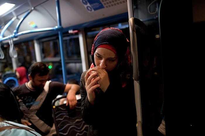 Nỗi lo lắng, sợ hãi và bất an hiện hữu tren khuôn mặt cô gái đang đứng trên xe buýt do chính phủ Hungary điều động để giúp đỡ người di cư