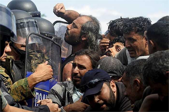 Những người di cư đụng độ với lực lượng đặc nhiệm Macedonia