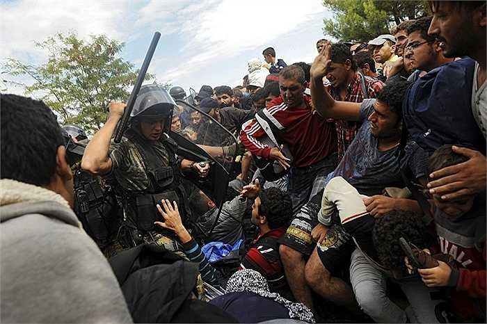 'Chiến đấu' với cảnh sát để được vượt biên là điều mà những người di cư vẫn phải trải qua