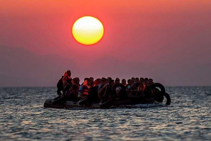 Hàng chục người chen chúc trên chiếc xuồng nhỏ vượt biển từ Thổ Nhĩ Kỳ tới đảo Kos, Hy Lạp