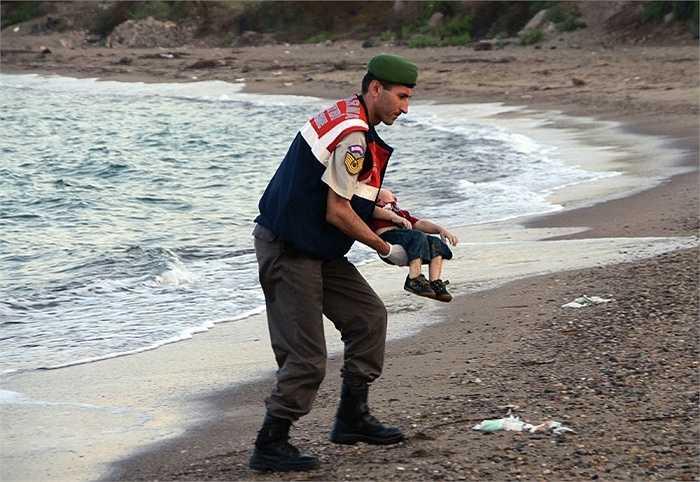 Bức ảnh thi thể bé Aylan Kurdi nằm úp mặt trên bờ biển Bodrum đã lay động hàng triệu trái tim trên toàn thế giới, gây nên một nỗi ám ảnh về số phận của người di cư