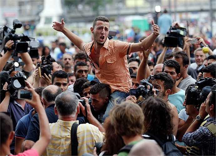 Đoàn người di cư tụ tập hô khẩu hiệu ở nhà ga Keleti, thủ đô Budapest, Hungary