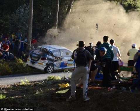 Chiếc xe mất lái đâm vào đám đông khoảng 20 người
