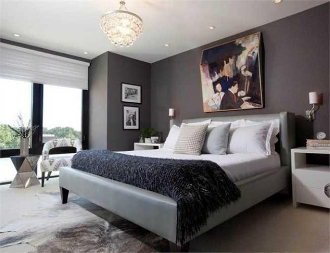 Phòng ngủ chính của căn hộ chung cư được bố trí những món đồ nội thất cơ bản như giường ngủ, tủ đầu giường, bàn trang điểm. Cửa ra ban công được làm bằng hệ cửa kính cánh lớn giúp căn phòng luôn tràn ngập ánh sáng.