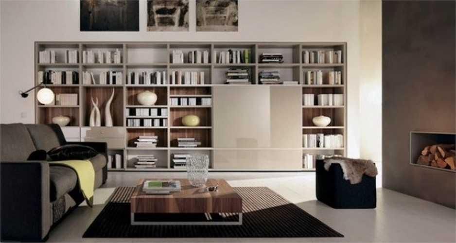 Phòng làm việc được bố trí hệ tủ sách lớn kê sát tường giúp lưu trữ sách hiệu quả, đối diện là bàn làm việc được ưu tiên kê gần cửa sổ mở ra ban công.