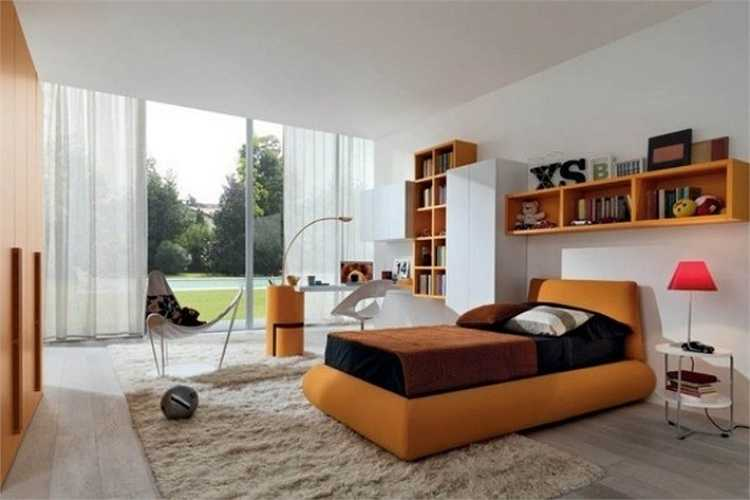 Phòng ngủ cho khách được bài trí đơn giản với giường ngủ, tủ đầu giường, giá sách và bàn học kê gần cửa sổ.