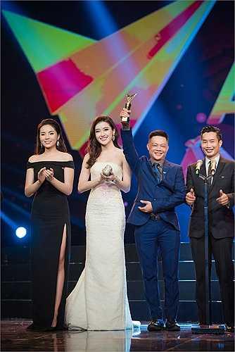 Xuất hiện trên sân khấu VTV Awards tối qua, Hoa hậu Kỳ Duyên với tư cách công bố giải, Á hậu Huyền My trong ê kíp sản xuất chương trình, hai người đẹp có dịp đọ sắc.