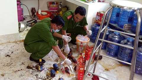 Công an khám nghiệm hiện trường trong nhà chị Ly - Ảnh Hoàng Tùng