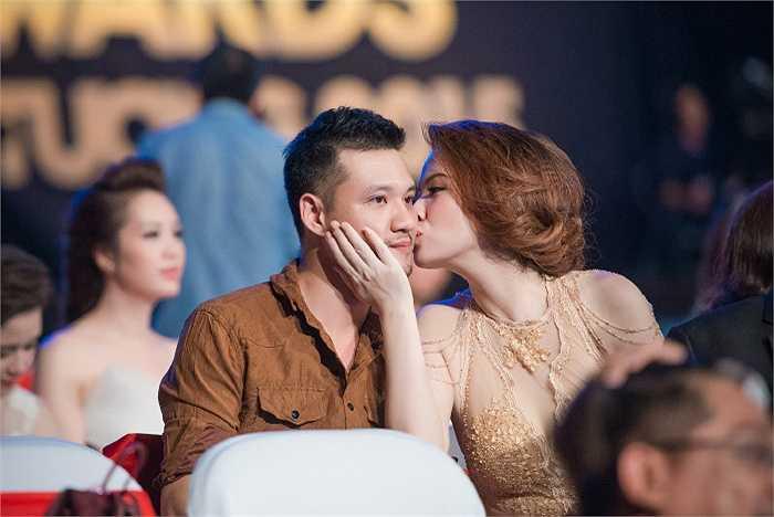 Tham dự VTV Awards - Ấn tượng VTV, Đan Lê không ngần ngại thơm má, trao cho ông xã Khải Anh những cử chỉ tình tứ.