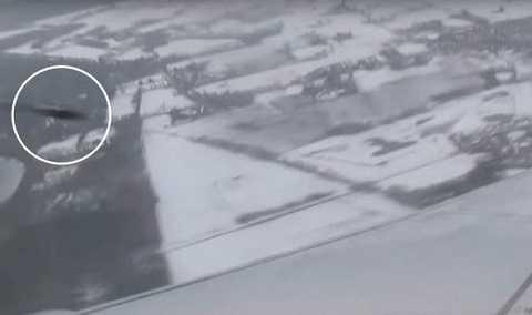 Hình ảnh UFO lướt qua máy bay Boeing 737 của hãng Ryanair