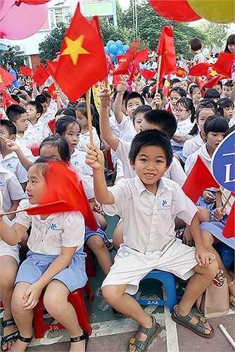 Các em học sinh lớp 1 hân hoan trong ngày đầu tiên của năm học mới. Năm học 2015-2016 – Hệ thống GD Ban Mai sẽ chào đón thêm gần 500 học sinh mới đầu cấp gia nhập gia đình Ban Mai, gồm các khối lớp Donal (Mầm non), lớp 1 và lớp 6