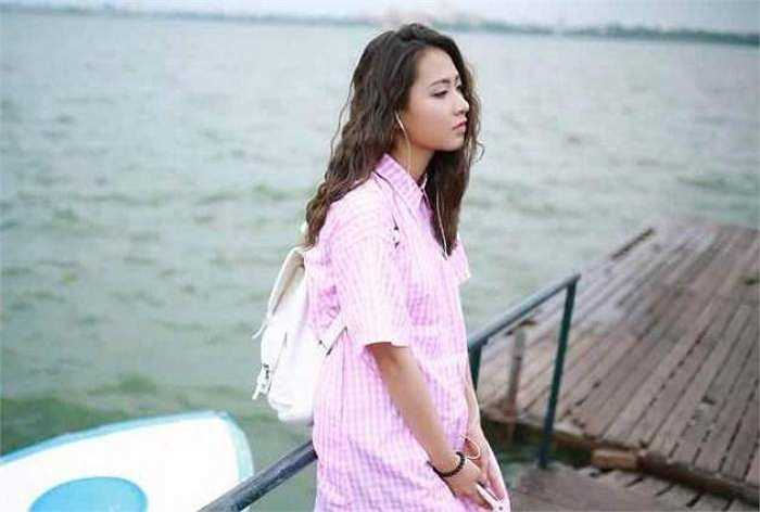 Minh Trang có quan niệm sống: 'Đừng sống nhanh đến nỗi quên mất rằng bạn đã ở đâu cũng như bạn sẽ đến đâu. Cuộc sống không phải là cuộc đua mà là một chuyến du lịch để thưởng thức từng bước của đường đời'.