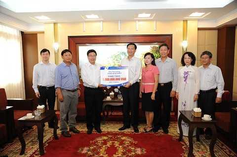 Phó Thủ tướng Chính Phủ Phạm Bình Minh trao 1 tỷ đồng cho đại diện UBND tỉnh Quảng Ninh.