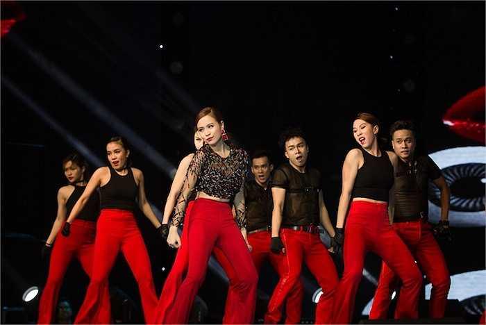 Là một ca sỹ khách mời góp giọng trong đêm bán kết The Voice, Hoàng Thuỳ Linh đã thực sự làm nóng bừng sân khấu với bản  hit 'Nhịp đập giấc mơ' remix.