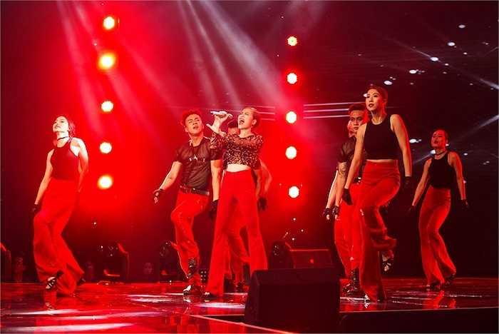 Nữ ca sỹ 'bùng cháy' trên sân khấu.