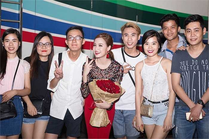 Khi kết thúc chương trình, cô cũng không quên nán lại để giao lưu, chụp hình cùng các fan ruột.