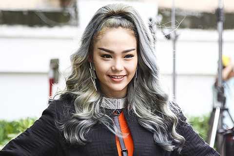 """Trong MV mới, Minh Hằng sẽ hóa thân thành """"người ngoài hành tinh"""" với mái tóc nhuộm màu ghi xám."""