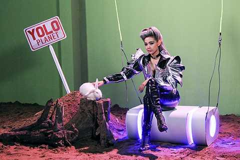 """Yolo là một sáng tác của nhạc sĩ Nguyễn Hải Phong nằm trong album single cùng tên, được anh hòa âm phối khí theo phong cách EDM """"thời thượng""""."""