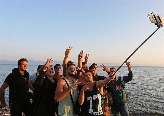 Sau nhiều ngày vất vả, lênh đênh trên biển nước, rất nhiều người tỵ nạn đã có thể đến được bãi biển Eftalou, ở vùng đảo Lesbos. Đây được coi là bước đi quan trọng nhất trong hành trình đến với châu Âu của họ