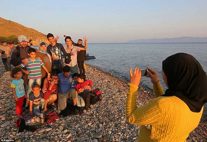 Đoàn người tỵ nạn có cả những phụ nữ và trẻ em. Phần lớn họ đều đã mệt nhoài sau những ngày dài lênh đênh trên biển.
