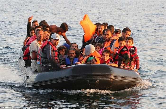 Ngày mai, những người này sẽ được đưa tới các trại tập trung và chờ đợi tàu đến Athens, Hy Lạp - và lần lượt đến với các quốc gia châu Âu