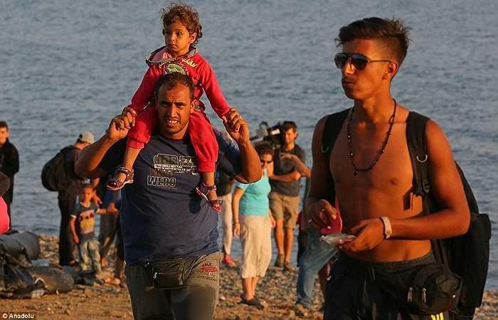 Nhiều người trong số họ rời bỏ đất nước đang xảy ra chiến tranh như Syria. Họ bị những kẻ buôn lậu dụ dỗ vượt biển Địa Trung Hải để đến châu Âu trên những con thuyền không an toàn.