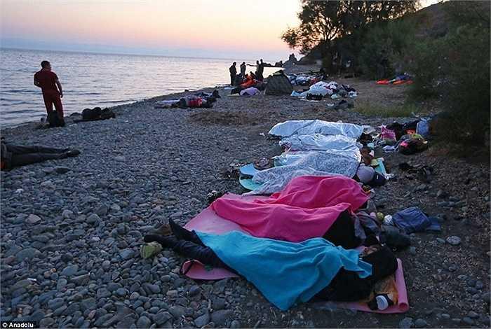 Người tỵ nạn phải nằm nghỉ tạm bằng chăn ga mang theo sau cuộc hành trình và chịu ảnh màn trời chiếu đất