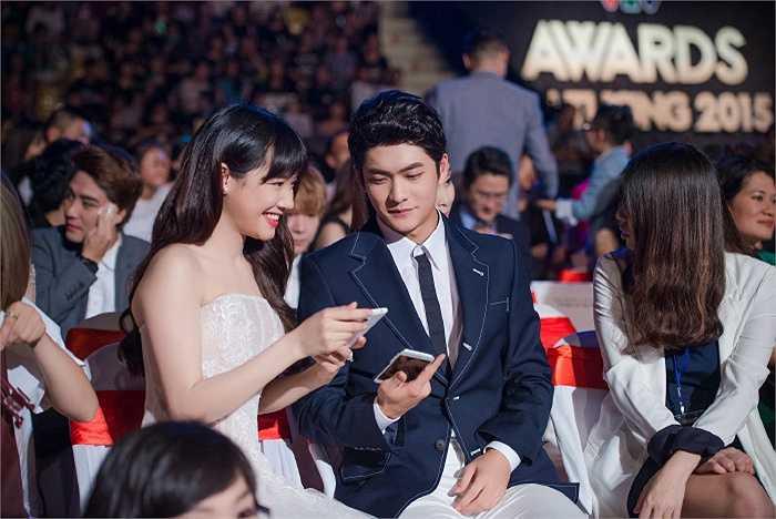 Nhã Phương quấn quýt bên bạn diễn điển trai Kang Tae Oh khi tham dự VTV Awards.